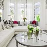 Бело-серая гостиная с элементами зеленого и розового