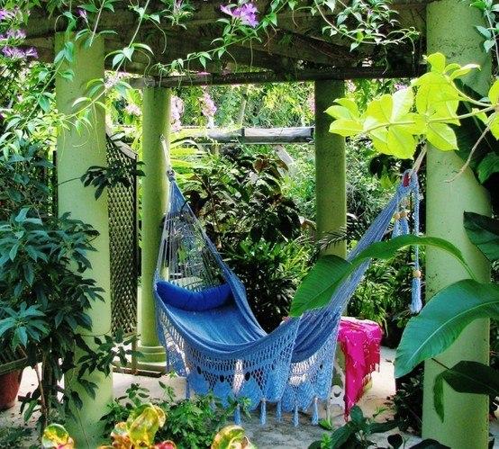 В саду гамак