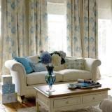 Белый+голубой: Дизайн интерьера гостиной от Laura Ashley