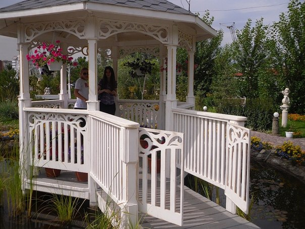 Белые беседки для отдыха на даче или в