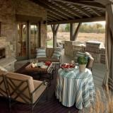 Деревянная крытая веранда с летней кухней