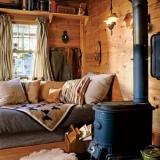 Деревянный домик на берегу озера Флэтхед, штат Монтана