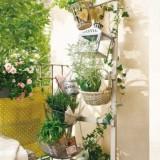 Цветы, плетеная мебель и яркий текстиль: Идея оформления небольшого балкона