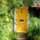Яркая входная дверь: необычные идеи для оформления входа в дом