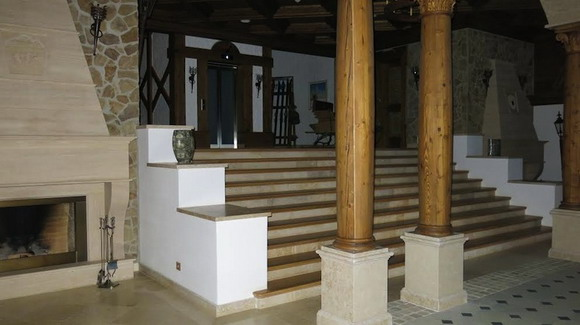 Лестница в дом. В прихожей, кстати, зачем-то два камина