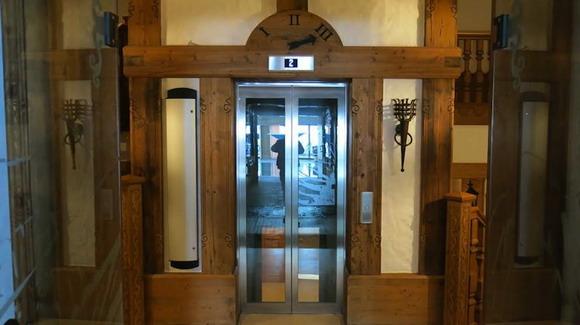 Холл первого этажа дома. Всего их три, фото есть только для двух