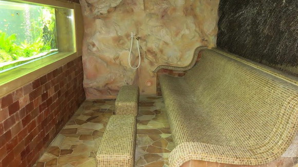 Каменная скамья, чтобы разглядывать аквариум? Затрудняюсь ответить