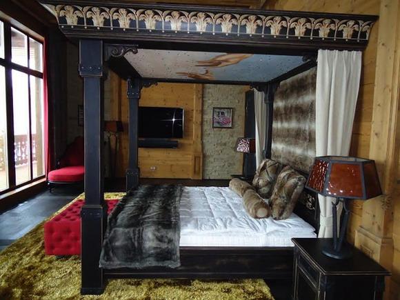Одна из двух спален  получше со своими гардеробными