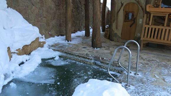 Прорубь с лесенкой на выходе из бани