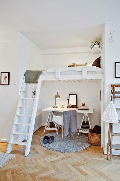 Спальное место и рабочий кабинет под ним