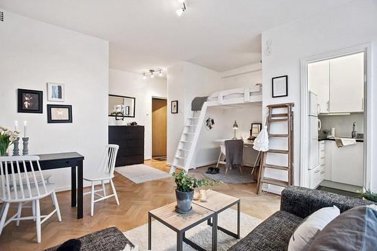 Маленькая прихожая - свободное место отдано под жилую зону