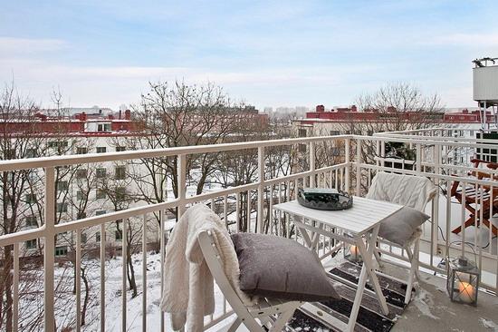 Уютный балкон с местом для отдыха: стол и пара стульев