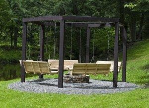 Красим опоры и вешаем скамейки
