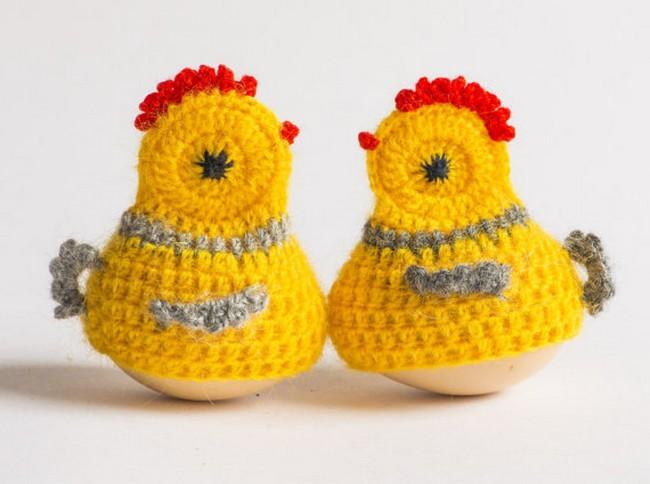 Вязаные желтые цыплята из яиц
