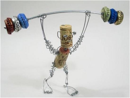 Культурист из проволоки, винных пробок и крышек от бутылок