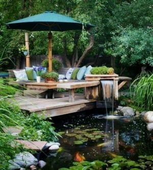 Место для отдыха на даче у прудика с водопадом
