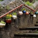 Подвесные клумбы из чайников своими руками