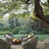 Для холодных вечеров: уголок отдыха с камином и живым огнем в саду