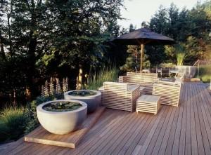 Уголок для отдыха в саду на деревянной платформе
