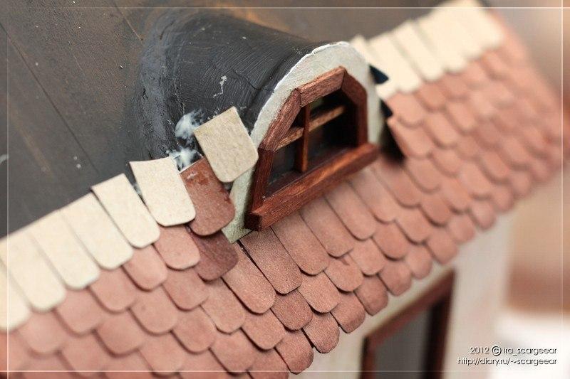 Клеим черепицу на крышу домика