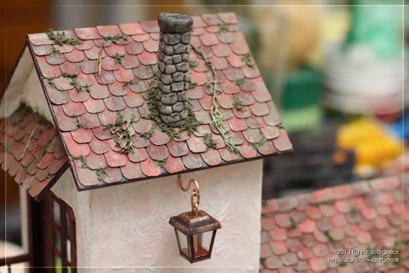 Фонарик и мох на крыше
