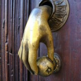 Дверной молоток: незаслуженно забытая деталь экстерьера