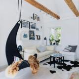 Простой белоснежный интерьер дома с деревянными балками в Швеции