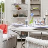 Сервировка стола и уютное место для отдыха на веранде