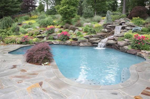 Бассейн в саду необычной формы