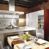 Отделочный камень и стальные элементы в интерьере кухни 16 кв. м.
