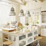 Интерьеры светлой кухни с островом
