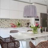 Белоснежная кухня и гостиная в одном помещении