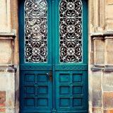 Необычные входные двери в современных интерьерах