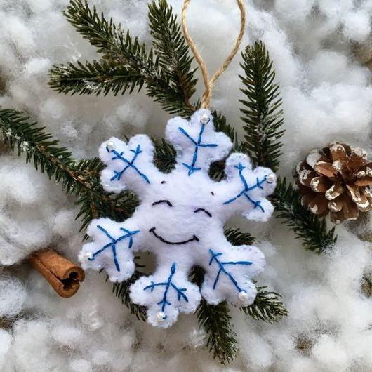 Улыбающаяся снежинка из фетра