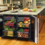 Холодильный стол и встраиваемый холодильник в интерьере